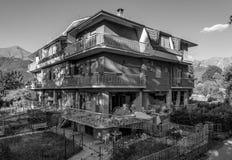 Maisons et blocaille détruites du tremblement de terre qui a frappé la ville d'Amatrice dans la région du Latium de l'Italie Le t Photos stock