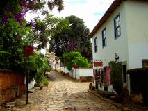 Maisons et boutiques coloniales étranges dans une rue tranquille menant à l'église photographie stock libre de droits
