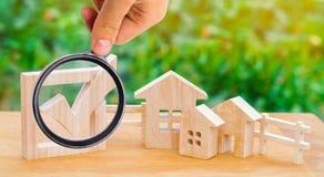 Maisons et checkbox en bois Le concept des élections dans le muni image stock