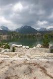 Maisons et lac de Stary Smokovec en montagnes Images libres de droits