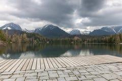 Maisons et lac de Stary Smokovec en montagnes Photo libre de droits