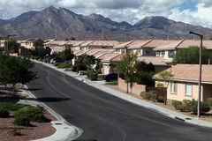 Maisons et montagnes de désert Images stock