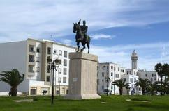 Maisons et monument blancs de la liberté en La Goulette, Tunisie Images stock