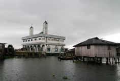Maisons et mosquée d'échasse dans le village de Ganvie sur le lac Nokoue, Bénin photographie stock