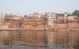 Maisons et rivière antiques de Ganga Images libres de droits