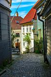 Maisons et route en bois de pavé rond, Norvège Photo stock
