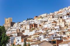 Maisons et tour blanches de château d'Alcala del Jucar Photos stock
