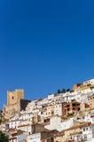 Maisons et tour blanches de château d'Alcala del Jucar Photos libres de droits