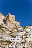 Maisons et tour blanches de château d'Alcala del Jucar Photo stock