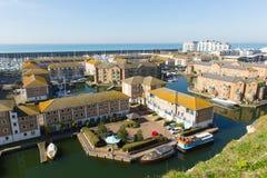 Maisons exécutives de marina britannique de Brighton avec des bateaux amarrés images stock