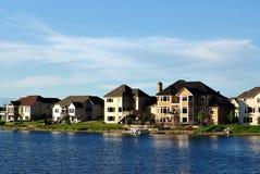 Maisons exécutives suburbaines sur le lac Image libre de droits