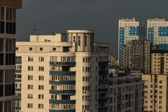 Maisons grandes dans le secteur de sommeil d'une ville moderne photos stock