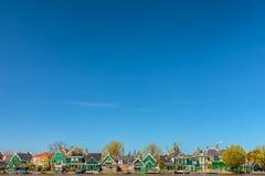 Maisons historiques néerlandaises vertes traditionnelles Photographie stock libre de droits