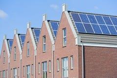 Maisons hollandaises modernes avec les panneaux solaires sur le toit photo libre de droits