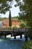 Maisons italiennes au-dessus de rivière Photographie stock