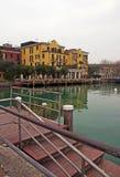 Maisons italiennes d'hôtel par l'eau. Photos stock