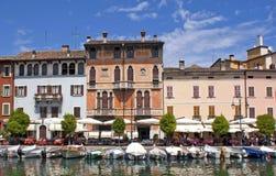 Maisons italiennes d'hôtel par l'eau Images stock