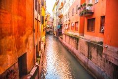 Maisons italiennes entre le canal caché de la rivière de Reno dedans par l'intermédiaire d'Oberdan - Bologna - Emilia Romagna Ita photos stock