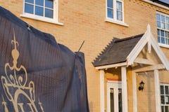 Maisons lien-isolées nouvellement établies vues sur un nouvel ensemble immobilier privé Photo stock