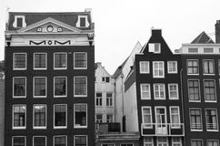 Maisons médiévales de canal à Amsterdam en noir et blanc Photographie stock libre de droits