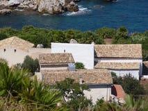 Maisons méditerranéennes de la Sicile sur la côte photographie stock libre de droits