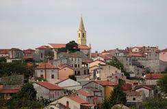 Maisons méditerranéennes traditionnelles avec les toits carrelés rouges Images stock