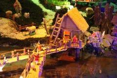 Maisons miniatures dans la huche de Noël Images stock