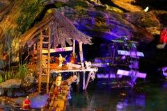 Maisons miniatures dans la huche de Noël Photo stock