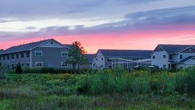 Maisons modernes dans le contexte du coucher du soleil Photo libre de droits