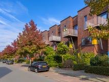 Maisons modernes de famille dans un voisinage suburbain images libres de droits