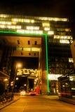 Maisons modernes de grue à Cologne la nuit Photographie stock libre de droits