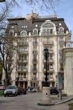 Maisons modernes Un des nouveaux bâtiments les plus beaux, à côté du théâtre de l'opéra et du ballet photo libre de droits