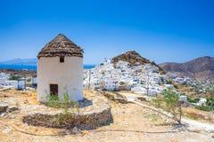 Maisons, moulins de vent et églises traditionnels en île d'IOS, Cyclades Photos stock