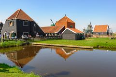 Maisons n?erlandaises traditionnelles de village dans Zaanse Schans, Pays-Bas photo stock