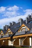 Maisons neuves au-dessus de ciel nuageux bleu Images libres de droits