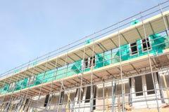 Maisons non finies avec des panneaux d'échafaudage à un chantier de construction dans Leidschendam, image libre de droits