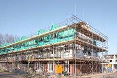 Maisons non finies avec des panneaux d'?chafaudage ? un chantier de construction dans Leidschendam, photos libres de droits