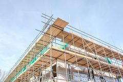 Maisons non finies avec des panneaux d'?chafaudage ? un chantier de construction dans Leidschendam, image libre de droits