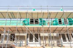 Maisons non finies avec des panneaux d'?chafaudage ? un chantier de construction dans Leidschendam, photographie stock libre de droits