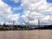 Maisons périlleuses sur les banques de la rivière d'Ozama Photographie stock