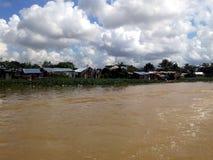 Maisons périlleuses sur les banques de la rivière d'Ozama Photo libre de droits