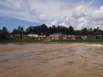 Maisons périlleuses sur les banques de la rivière d'Ozama photographie stock libre de droits