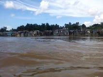 Maisons périlleuses sur les banques de la rivière d'Ozama images libres de droits