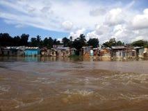 Maisons périlleuses sur les banques de la rivière d'Ozama Image stock