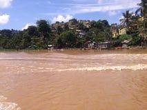 Maisons périlleuses sur les banques de la rivière d'Ozama Image libre de droits