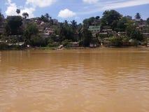 Maisons périlleuses sur les banques de la rivière d'Ozama Photos libres de droits