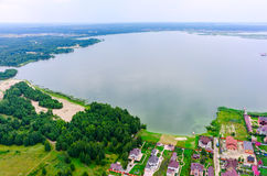 Maisons privées sur la banque du lac Images stock