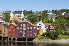 Maisons résidentielles à la rivière Trondheim de Nidelv Photos stock