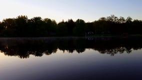 Maisons résidentielles de rive pendant le matin Rivière débordante tranquille le long de forêt et de maison pendant le jour banque de vidéos