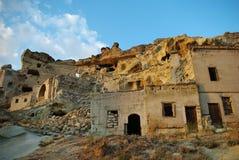 maisons rocheuses Moitié-ruinées dans Cappadocia Images libres de droits